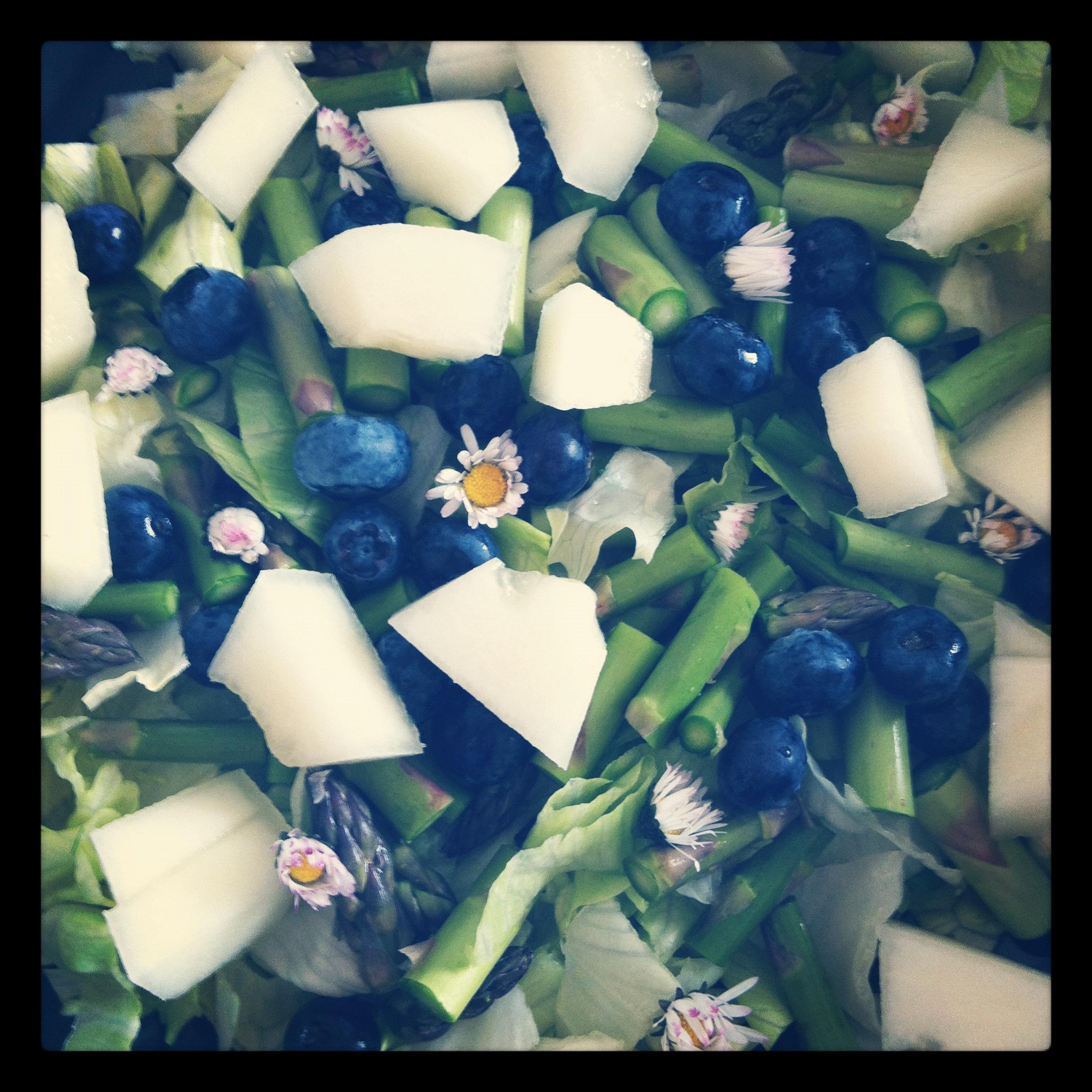 Forårssalat med asparges og bellis