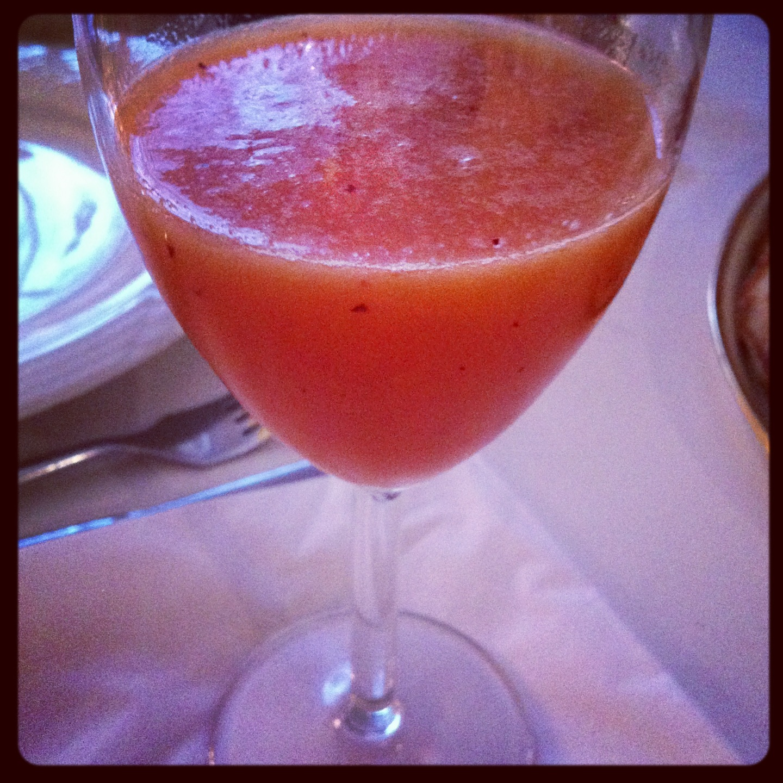 Smoothie med blandede frugter og appelsin/grapejuice.
