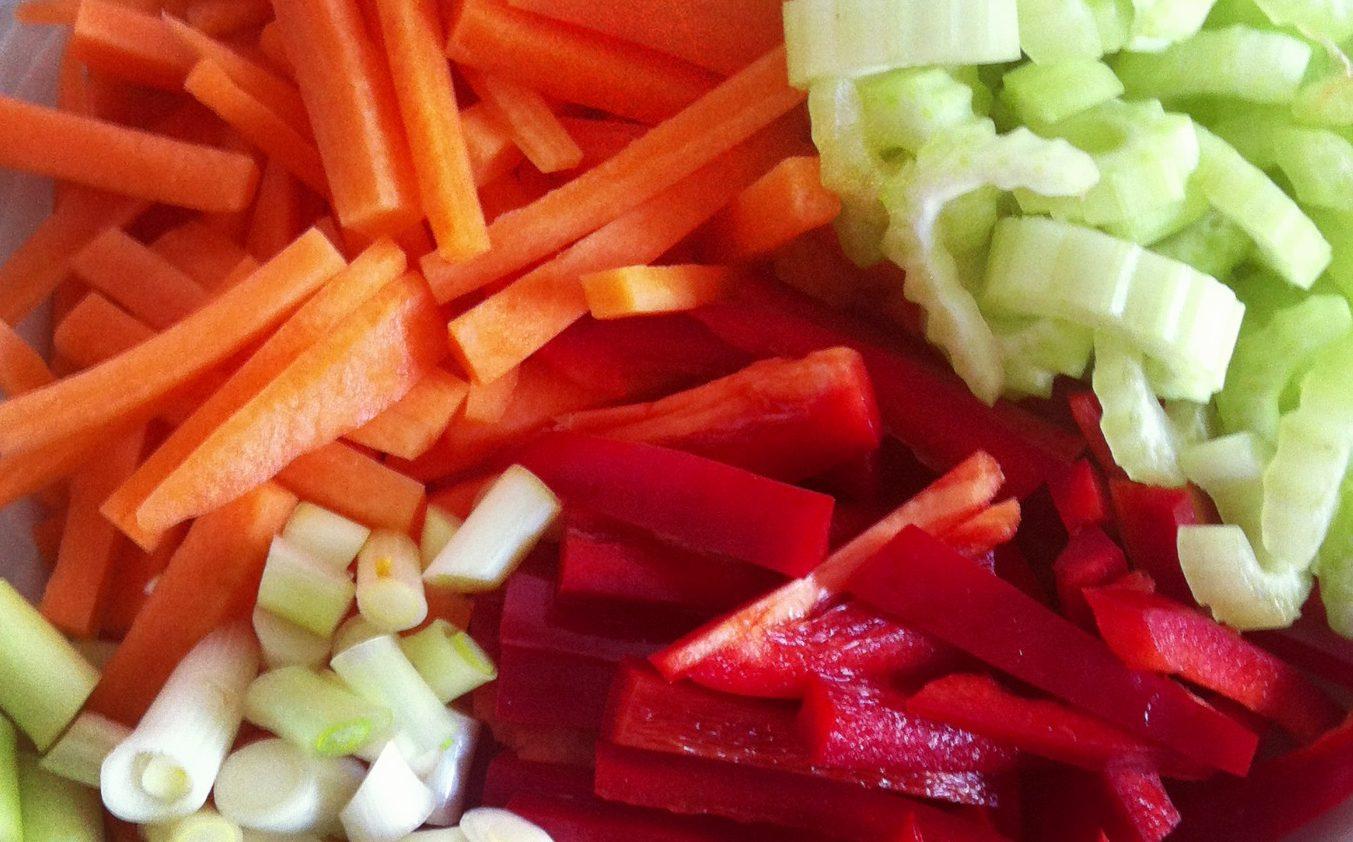 Sursød sauce med grøntsager