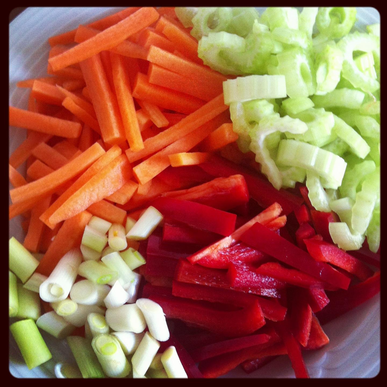 Sursød sauce med grønsager