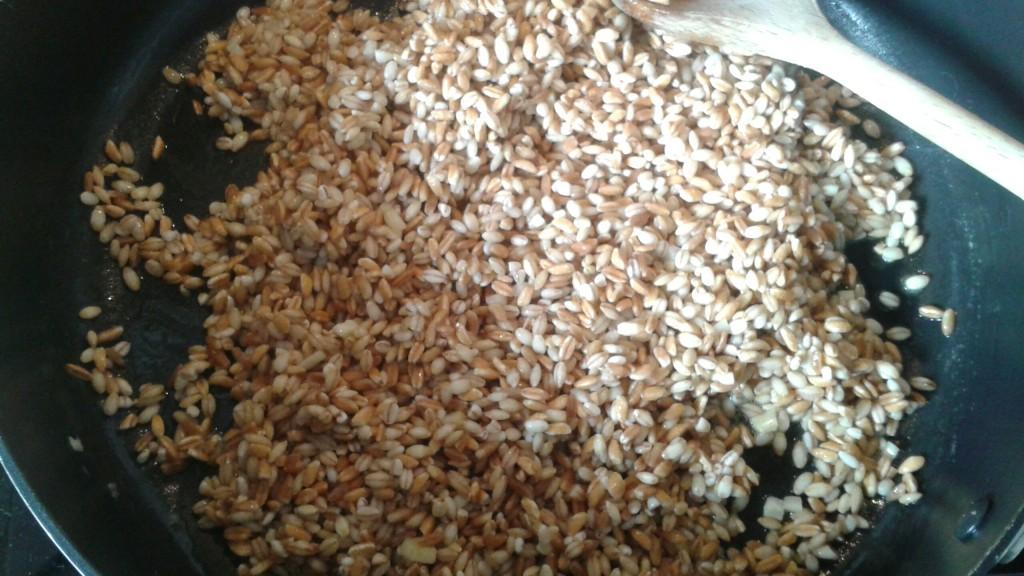 Kornene er på panden, sammen med hvidløg og olie.